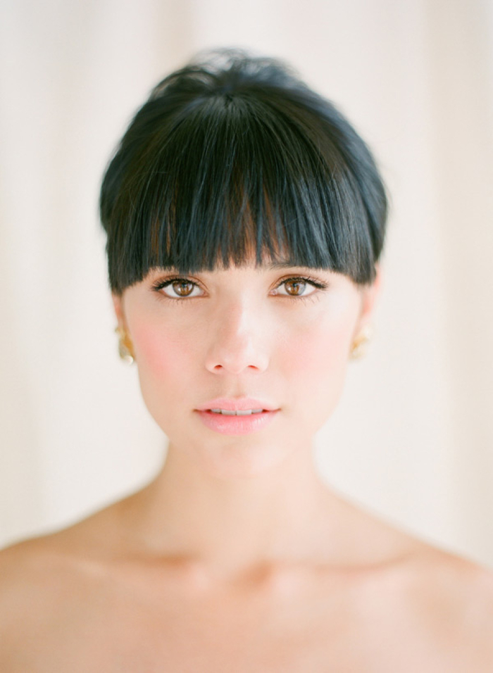 un maquillage mariée tendance avec une bouche glossy et un teint rosé