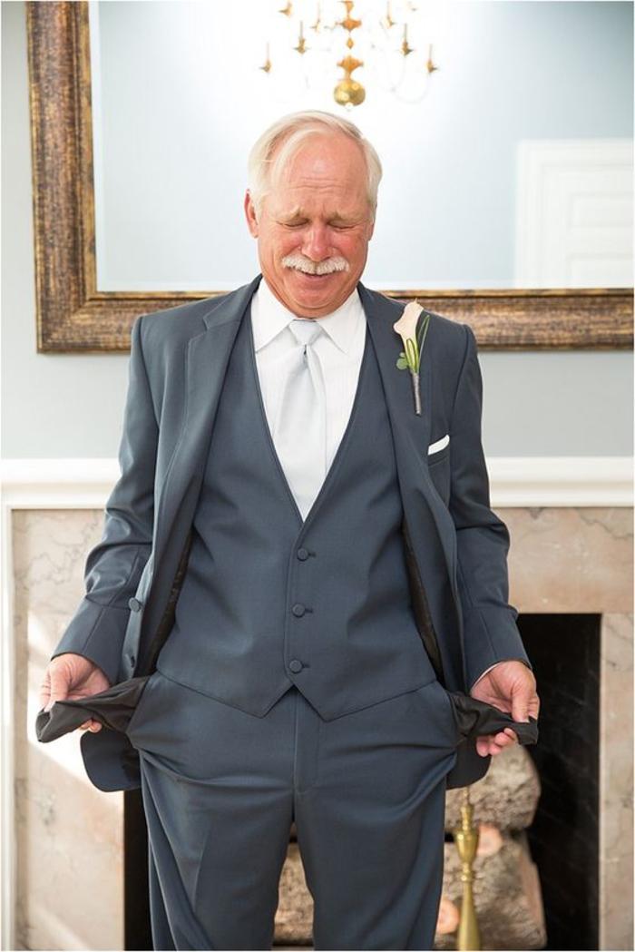 des photos de mariage insolite réalisées avec les proches du couple marié, le beau-père avec des poches vides