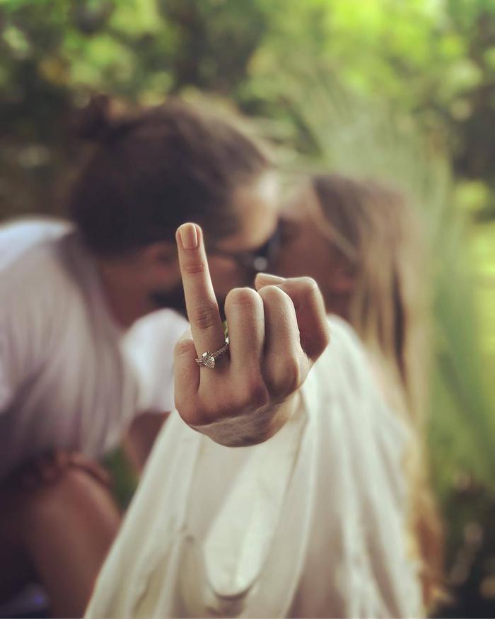 une séance d'engagement insolite pour capter la demande en mariage, une photo originale qui met en valeur l'alliance de mariage
