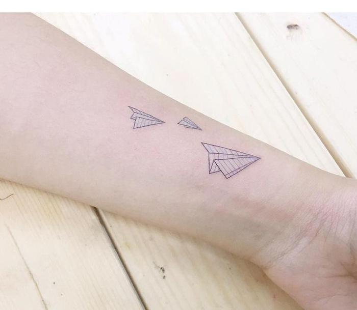 idée pour un tatouage avant bras femme discret et subtil en forme d'avion en papier
