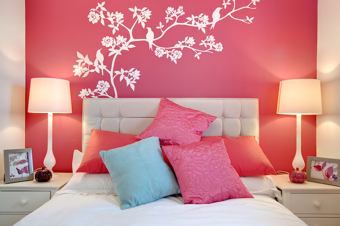 mur de chambre rose corail et coussins turquoises
