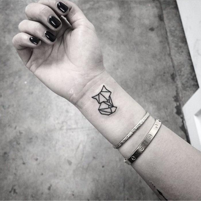 un joli tatouage minimaliste à petit renard graphique qui combine l'esthétique de l'art origami et de tatouage