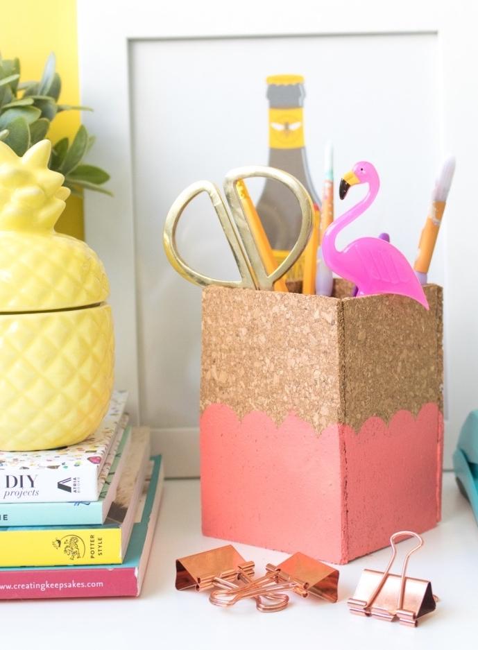 diy rangement, projet bricolage, pot a crayon diy en pieces de liege, idée comment organiser les fournitures de buraux, motif flamant rose