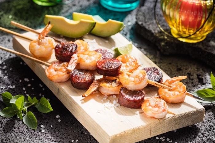 une brochette de crevettes et rondelles de chorizo, recette entre amis caractéristique de l Espagne