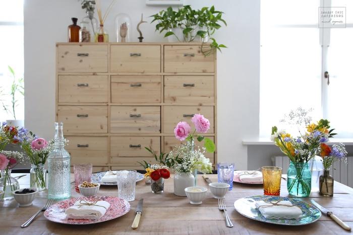 style shabby chic comment faire, table en bois clair, vaisselle fleurie, meuble salle à manger en bois, decoration de fleurs dans des vases