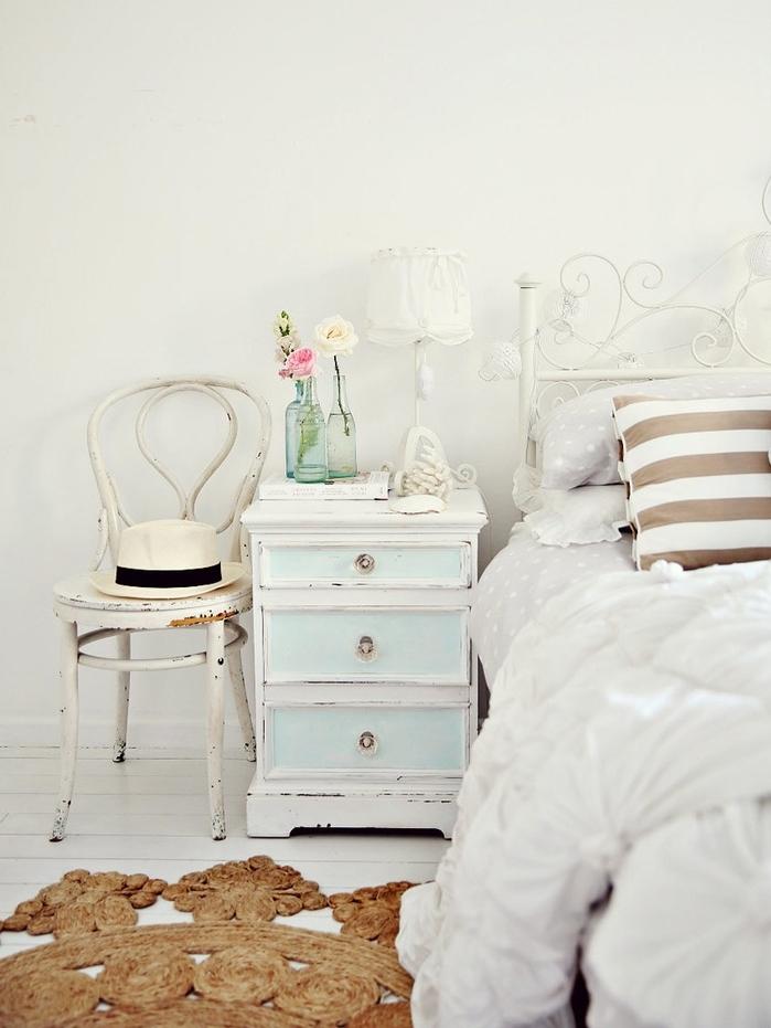 style shabby chic comment faire, lit en metal blanc, table de nuit blanc et bleu patiné, chaise patinée, deco florale aux couleurs pastel