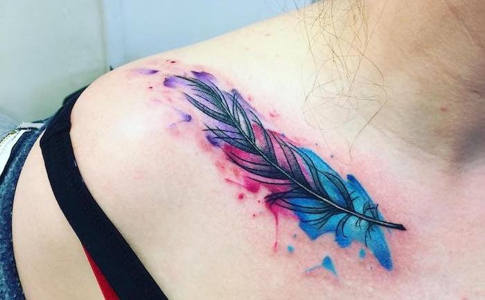 tatouage épaule femme, dessin sur la peau en couleurs, tattoo plume en couleurs