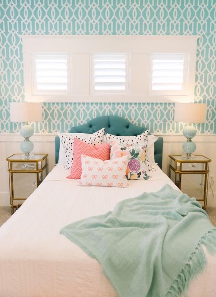idée papier peint couleur vert d eau à motifs blancs géométriques, linge de lit blanc et coussins multicolores, plain vert mint, tête de lit bleu canard