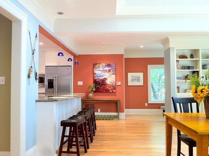 grande cuisine ouverte avec murs couleur corail