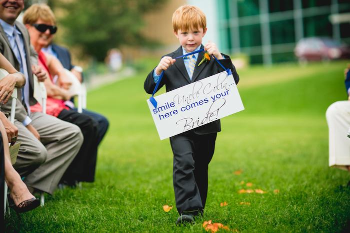une adorable photo mariage d'un petit garçon d'honneur précédant la mariée