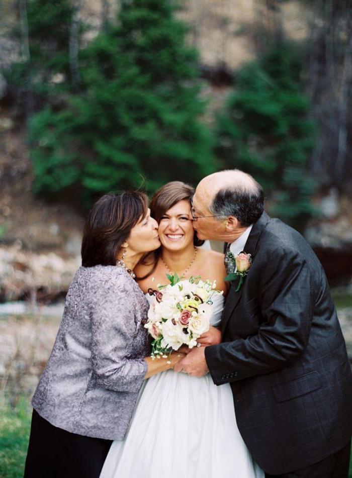 une adorable photo mariage avec les parents de la mariée, séance photo décontractée avec la famille