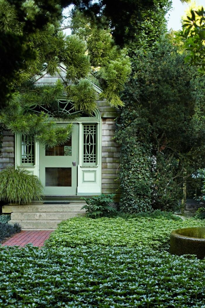 comment aménager son jardin, plante couvre sol vert, plante grimpante sur le mur d une maison campagne chic et arbres