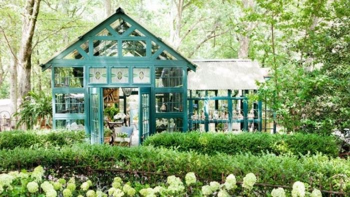idee deco jardin, buis et fleurs, idée de véranda victorienne moderne dans un cadre naturel, jardin à l anglaise