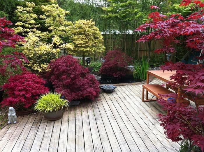déco de jardin zen sol en teck, arbustes et arbres japonais, bambou, idée amenagement espace exterieur végétalisé
