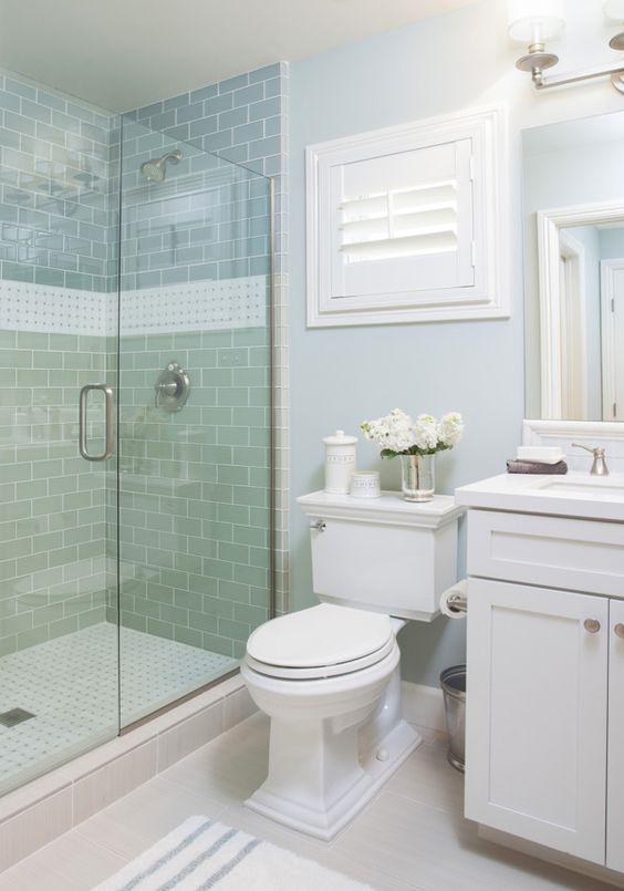 idée de cabine de douche à carrelage vert pastel, nuance aqua, salle de bain bleue avec meuble salle de bain blanc et WC blanc