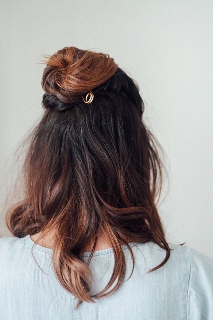 idée de chignon haut, modele demi chignon, pince de cheveux forme épingle de surete, des mèches chatain clair dans des cheveux mi long chatain foncé