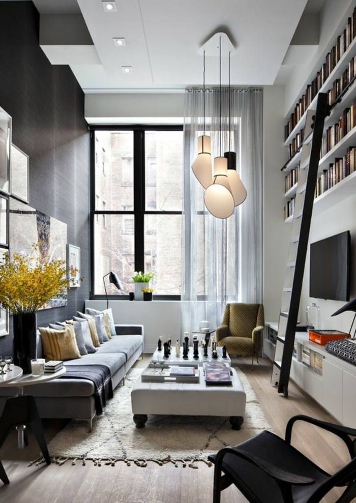idee de deco salon, étagère blanche murale avec échelle noire, lampes suspendues, grands vases avec fleurs jaunes
