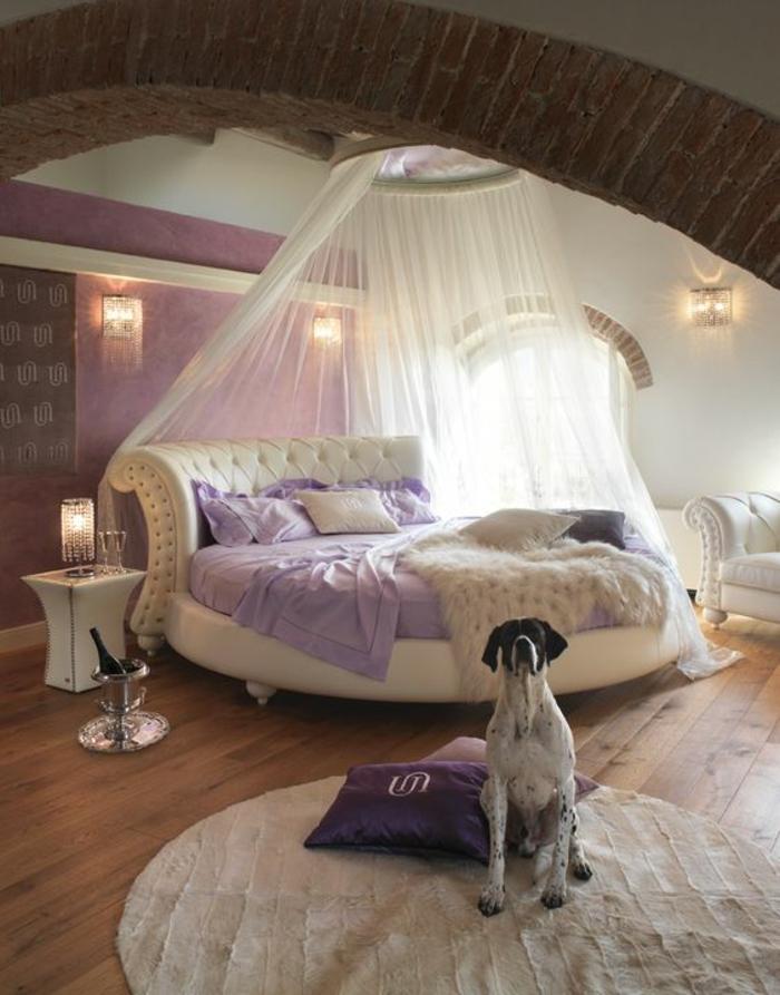 chambre design avec moustiquaire transparent lit blanc style baroque en forme ronde tapis rond blanc comm le lit