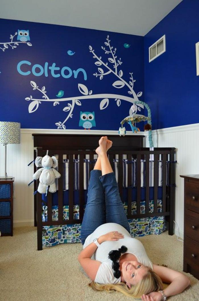 chambre complete adulte bébé avec des murs en bleu marine Colton nom enfant au mur
