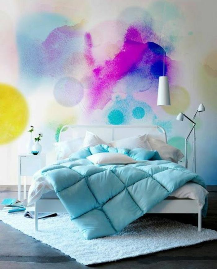 chambre adulte complete avec un mur en couleurs pastels couverture de lit en bleu pastel