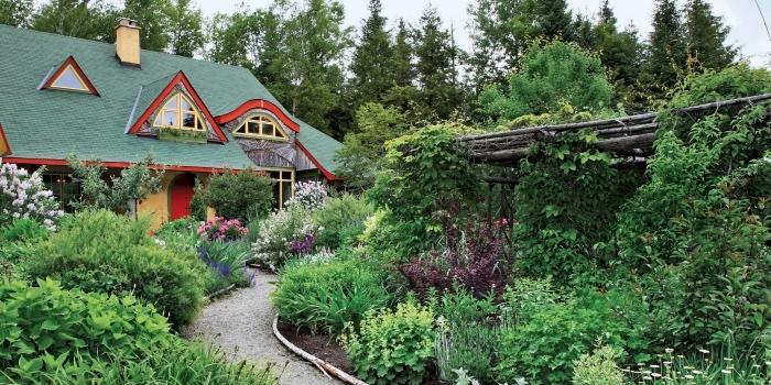 paysager son jardin, chemin de gravier, tonnelle de jardin, arbustes et arbres verts, maison de campagne