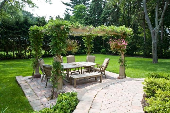 idee jardin deco simple, un petit coin repas, salon de jardin avec une salle à manger, banc en bois et chaises en bois, une séparation naturelle d arbres