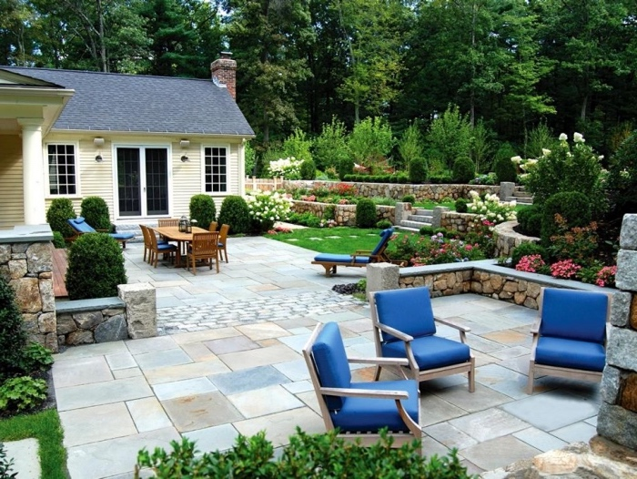 idée de génie jardin, patio en dalle se pierre, coin repos et coin repas, avec table et chaises en plein air, gazon avec des buis, arbustes, fleurs, jardin campagne