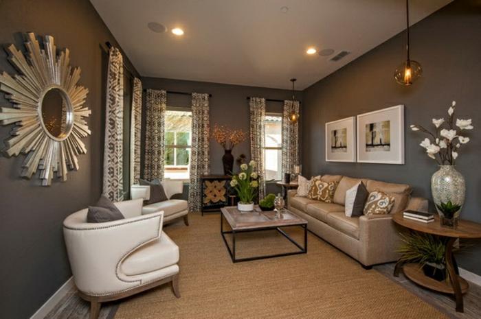 idee decoration salon, miroir décoratif soleil, fauteuils blancs, table carrée, tapis marron, lampes rondes