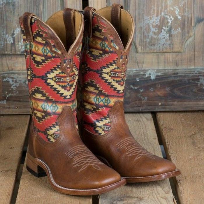 imprimé ethnique, rombes rouges et jaunes, bottes marronnes style boho chic