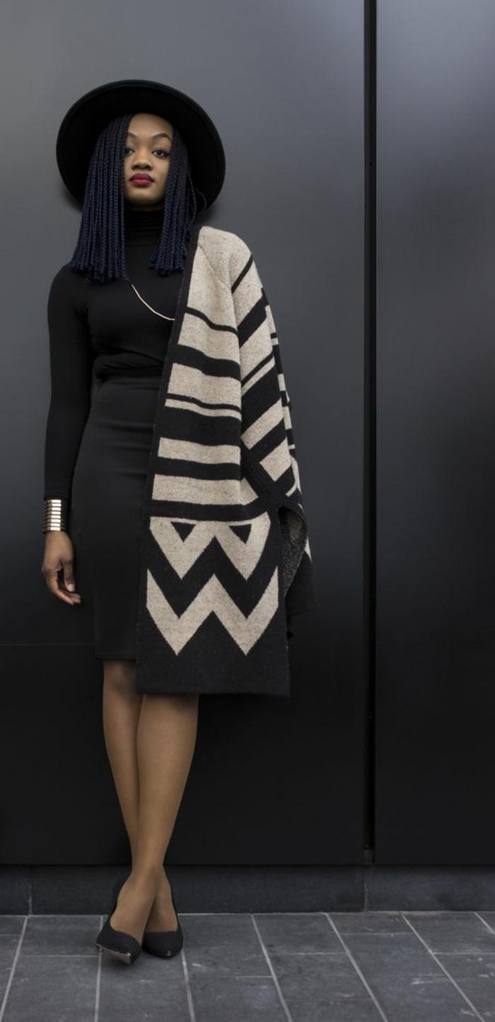 imprimé ethnique, manteau en noir et blanc, motifs géométriques, chapeau feutre noir, cheveux lissés
