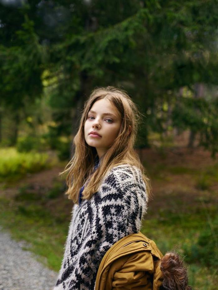 blouse à imprimé ethnique, sac moutarde, cheveux blonds décoiffés, tenue d'automne