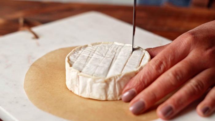 inciser le fromage bie sur l horizontal et le vertical pour faire un apero dinatoire chic et original pour entrée