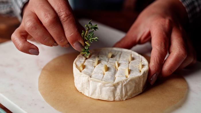 insérer des tranches d ail et du thym frais dans les intersrices à l interieur du brie recette entrée originale et raffinéejpg