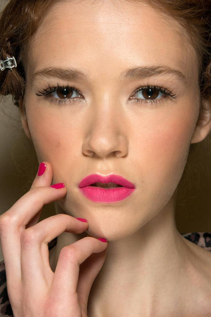 un maquillage de mariée tendance avec de longs cils recourbés et bouche couleur pop rose fuchsia