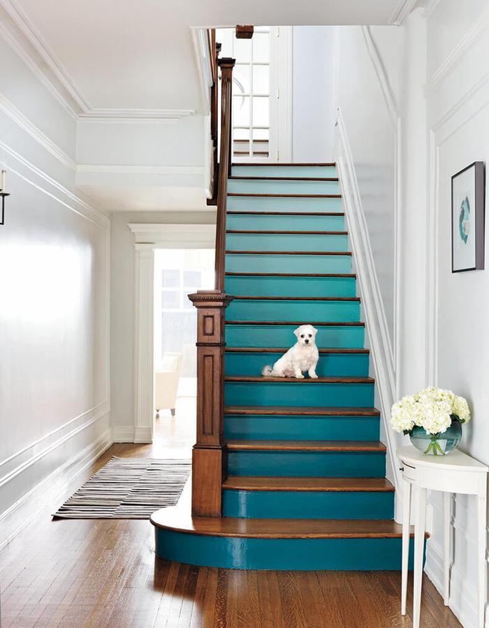 escalier au design classique modernisé par la peinture bleu paon à effet ombré