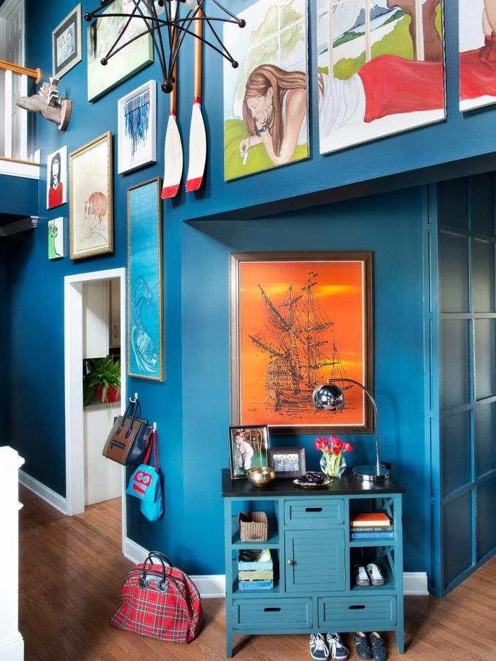 intérieur dynamique crée par l'association de la couleur canard et l'effet galerie sur les murs