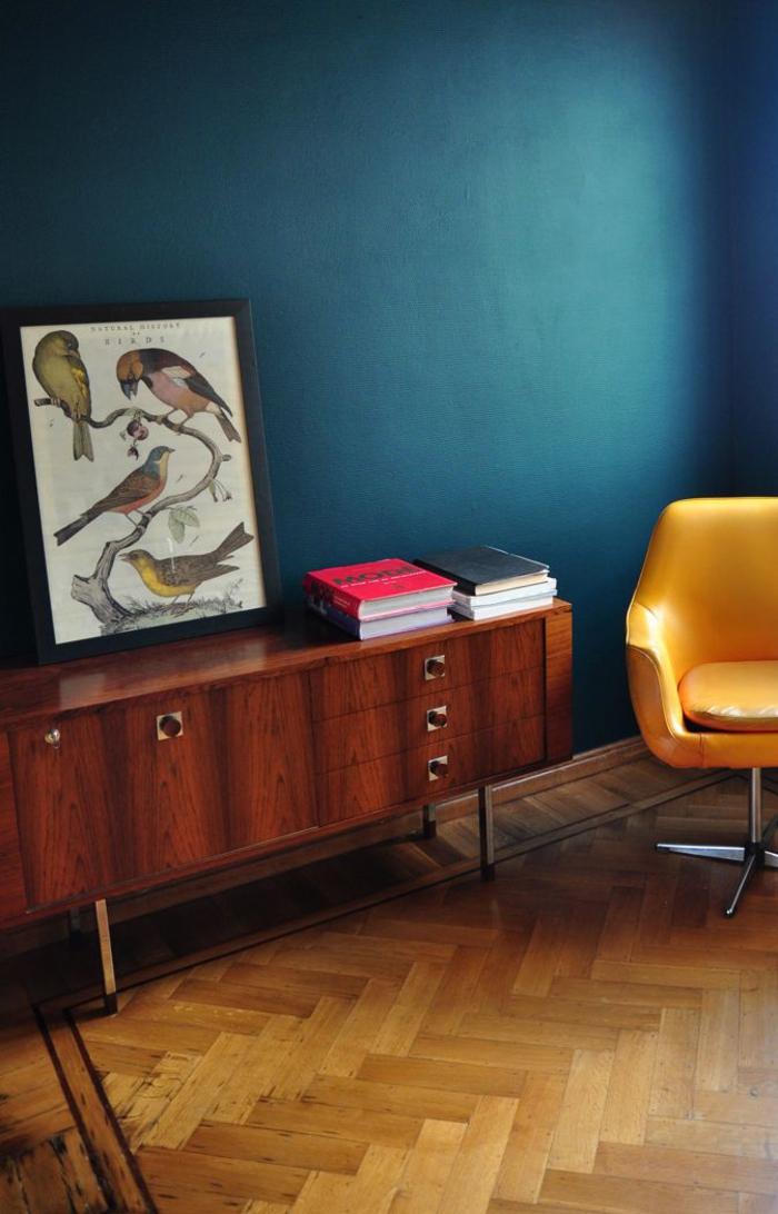 un salon bleu paon d'esprit vintage aux accents fluo en jaune et fuchsia