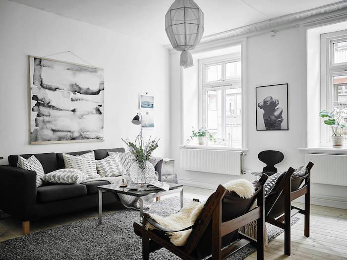 deco salon style scandinave, peinture en blanc et noir, vase en verre avec fleurs vertes, peinture femme avec cadre noir