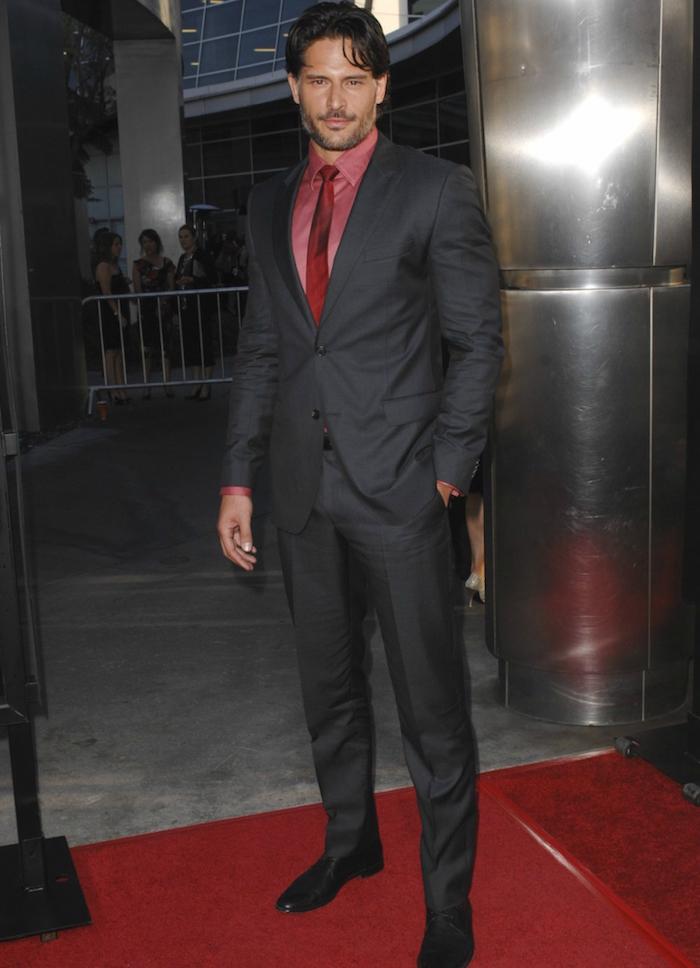 homme costume noir avec chemise rose comment porte vetements roses