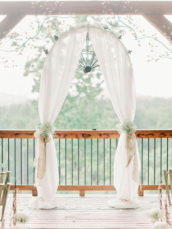 Idée arche pour mariage idée comment faire une arche fleur deco mariage blanches drapes et fleurs
