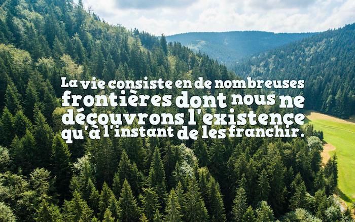 phrase sur la vie, fond d'écran avec photo de la nature, paysage montagne et forêt verte, sentence inspirante