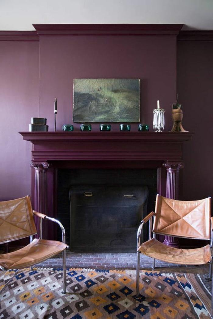 la couleur pourpre, mur aubergine, chaises simples, manteau de cheminée pourpre, tableau artistique