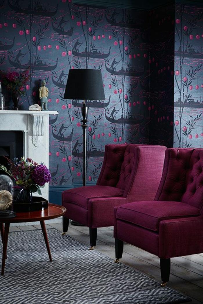 la couleur pourpre, papier peint original, lampe de sol noire, cheminée décorative blanche, petite table ronde