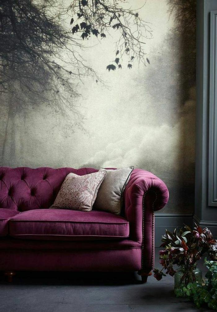 la couleur pourpre, sofa vintage capitonné, papier peint gris paysage, plantes décoratives