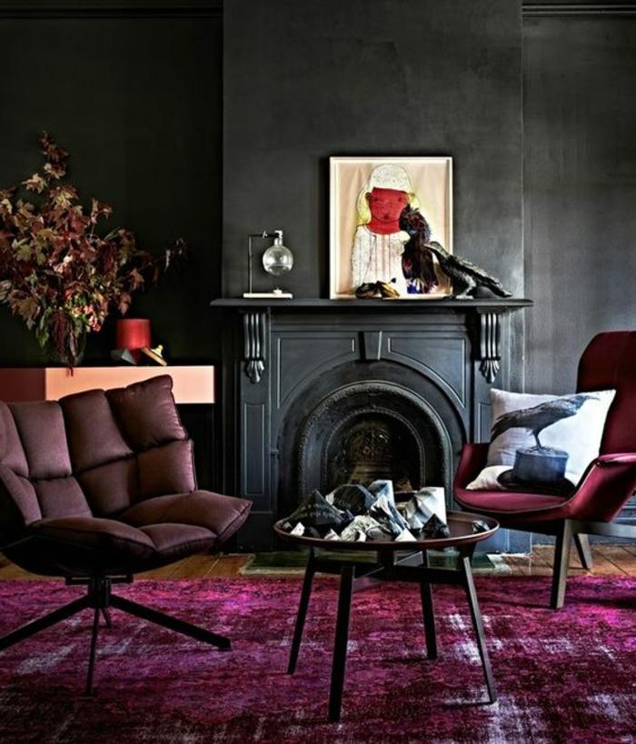 la couleur pourpre, tapis lilas, table de salon ronde, cheminée noire, chaise confortable