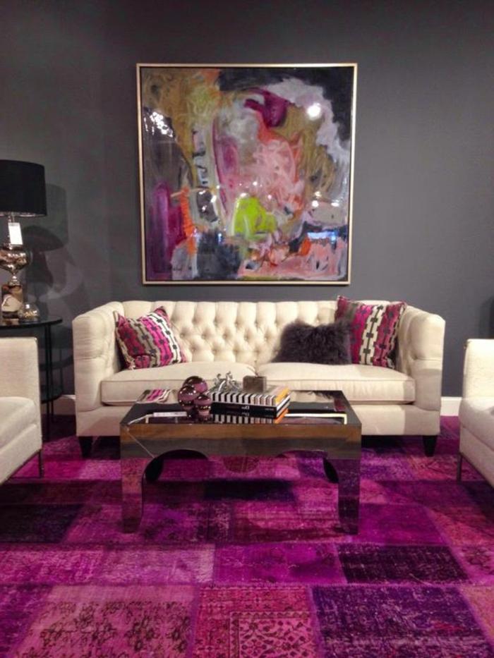 la couleur pourpre, tapis patchwork moderne, tableau abstrait, sofa couleur crème, mur gris