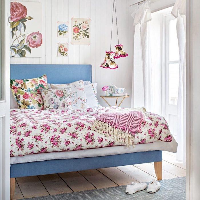 lambris blanc, lit bleu, linge de lit fleuri, parquet bois clair, tapis gris, lampes de nuit suspendues, decoration panneaux décoratifs fleurs vintage