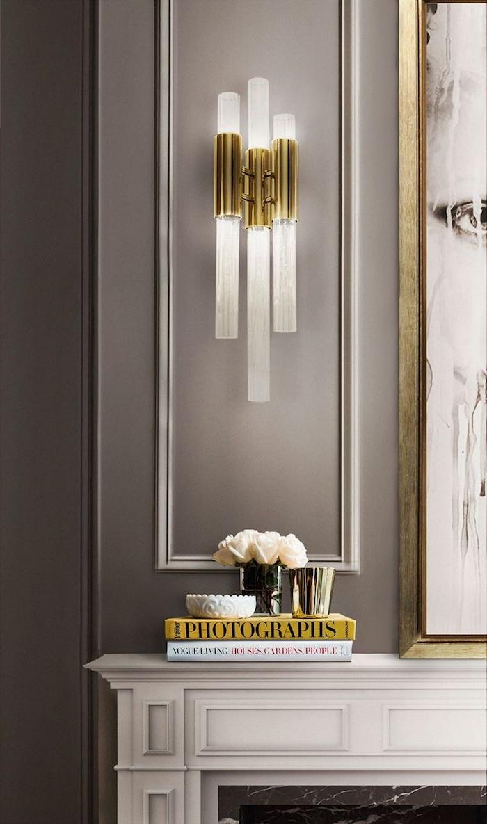 déco appartement, murs peints en taupe poudré, peinture blanc et noir avec cadre doré, cheminée blanche avec encadrement en plâtre