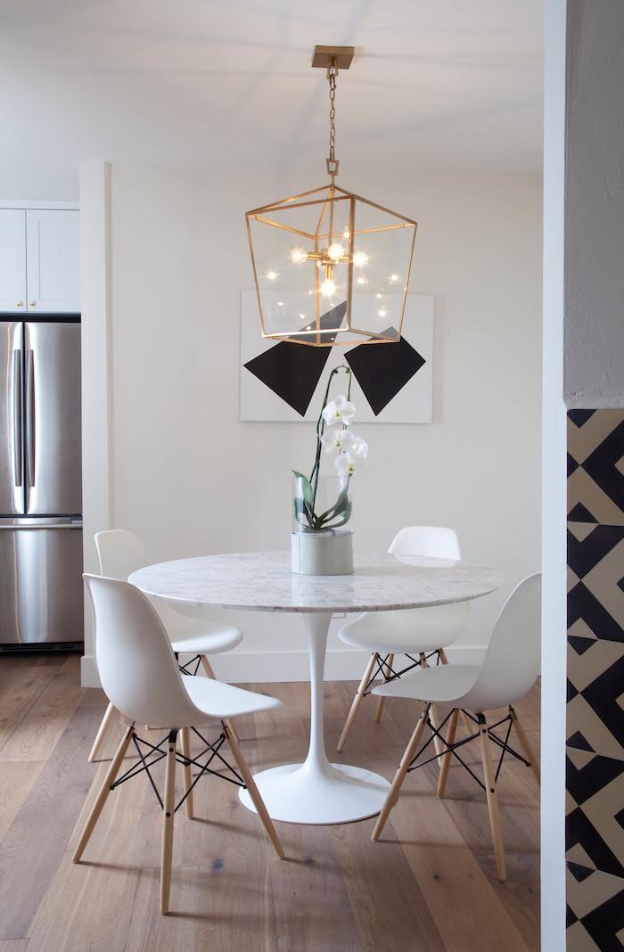 deco moderne, frigo gris, table ronde en marbre, peinture blanc et noir, suspension luminaire en cuivre, sol en bois