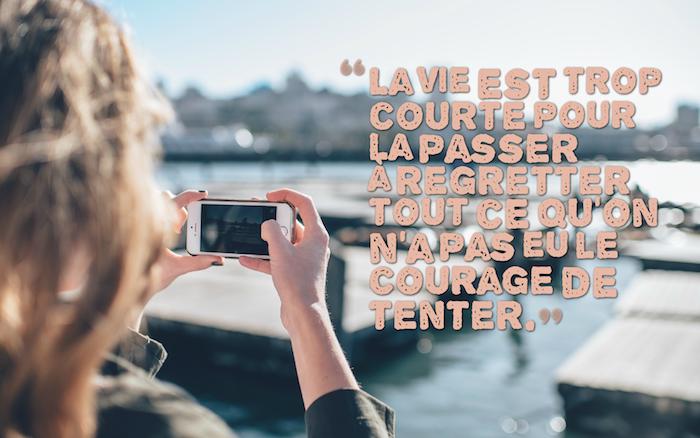phrase sur la vie, fille qui prend des photos du port, smartphone blanc, lettres inspirantes sur la vie